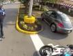 Kobieta demoluje motocykle na parkingu