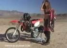 Gorąca dziewczyna dosiada motocrossa