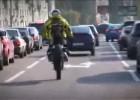 Yamaha Wr 450F Supermoto Stuntman  jeździ po mieście