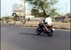 4-latka kierująca motocyklem w ruchu ulicznym