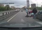 Dramatycznie wyglądający wypadek z udziałem samochodu i motocykla