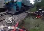 Enduro na torach - starcie z pociągiem