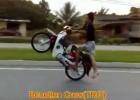 Jazda skuterem na jednym kole bez butów