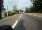 Kierowca auta zajeżdża drogę motocykliście