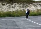 Młoda dziewczyna w stuncie - Sarah Lezito na Hondzie CB500