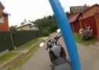 Motocykl z kamerą na wysięgniku