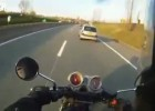 Motocyklista bije kierowcę samochodu za wyprzedzanie