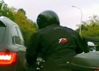 Otwarcie drzwi przed motocyklistą w korku