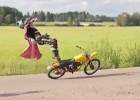 Parodia freestylowej jazdy na motocyklu