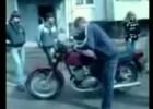 Pokaz braku opanowania motocykla przez młodego chłopaka