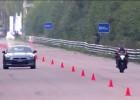 Samochód kontra motocykl w wyścigu równoległym