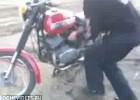 Skok na motocyklu z rampy własnej roboty