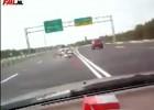 Transport - motocykl spada z samochodu