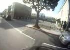 Wypadek - Suzuki GSX-R pomiędzy dwoma samochodami