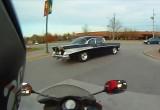 57 Chevrolet Bel Air vs motocykl