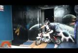 Wjazd motocyklem na szczyt wiezowca