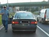 agresywny kierowca samochodu z