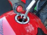 tankowanie motocykla z