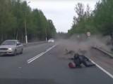 motocyklista na asfalcie z