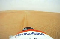 Abu Dhabi Desert Challenge - kamera na kasku po pustyni