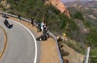 Uderzenie motocyklisty w bariere energochlonna