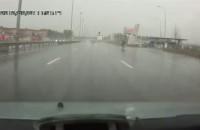 Wypadek kierowcy jednosladu na rosyjskiej drodze