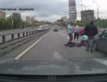 Dramatycznie wygladajacy wypadek z udzialem samochodu i motocykla