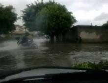 Jazda motocyklem w czasie powodzi