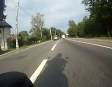 Kierowca auta zajezdza droge motocykliscie