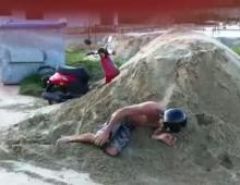 Nieudany skok na skuterze - faceplant w piach