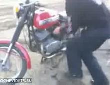 Skok na motocyklu z rampy wlasnej roboty