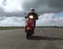 Vespa 125S - jazda synchroniczna w wykonaniu pilotow Red Arrows