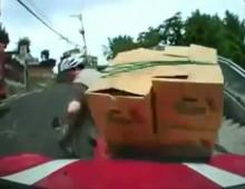 Wypadek na skuterze - dostawca robi backflipa