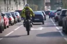 Yamaha Wr 450F Supermoto Stuntman jezdzi po miescie