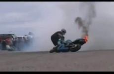 Motocykl staje w plomieniach - ognisty stunt