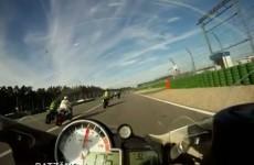 Motocykl w powietrzu na torze