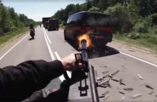 Motocykl z koszem i karabinem na wyposazeniu