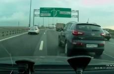 Motocyklista rozbija sie na rosyjskiej autostradzie