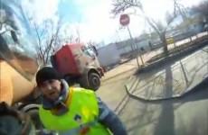 Motocyklista wygrywa zderzenie z ciezarowka