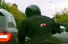 Otwarcie drzwi przed motocyklista w korku