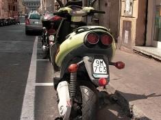 skuter w rzymie na ulicy