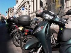 skutery na parkingu w rzymie