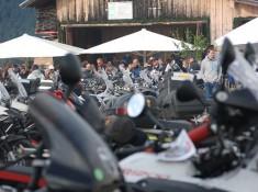 56 Motocykle przy wodopoju