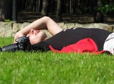 Leniuchujac w trawie