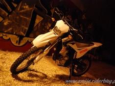 Motocykl na tle graffiti