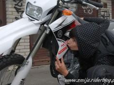 Zmija i Yamaha WR250R buziak