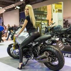 Targi motocyklowe Moto Expo 2017 BMW R Nine T hostessa z