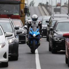 motocyklem w korku z