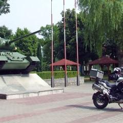 A na rynku w Dubience nadal na zachod kieruje swoja lufe tank oswoboditiel z