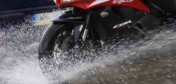 Jazda motocyklem w deszczu: 10 przykazań